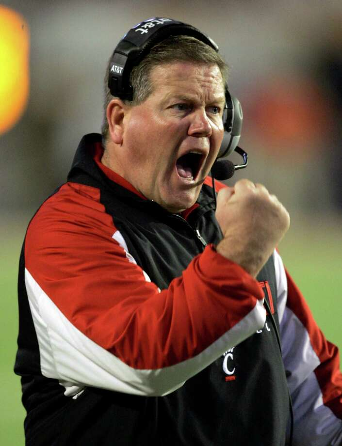 FILE - In this Jan. 1, 2009, file photo, Cincinnati coach Brian Kelly reacts during the second quarter against Virginia Tech in the Orange Bowl NCAA college football game in Miami. The South Bend Tribune is reporting that Brian Kelly is leaving Cincinnati to become the next coach at Notre Dame. (AP Photo/Wilfredo Lee, File) Photo: Wilfredo Lee, ASSOCIATED PRESS / AP2009