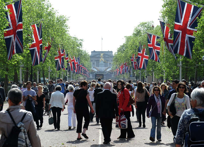 Visitors stroll down the mall outside Buckingham Palace in London, on June 2, 2012, as Britain prepa