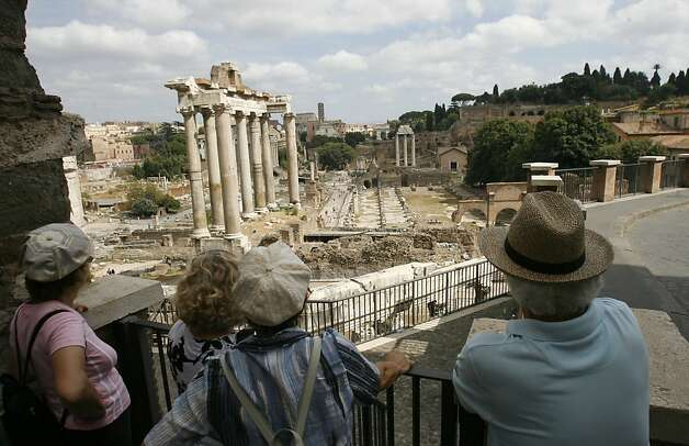 Tourists admire the Roman Forum, in Rome, Saturday, Aug. 23, 2008. (AP Photo/Alessandra Tarantino) Photo: Alessandra Tarantino, AP