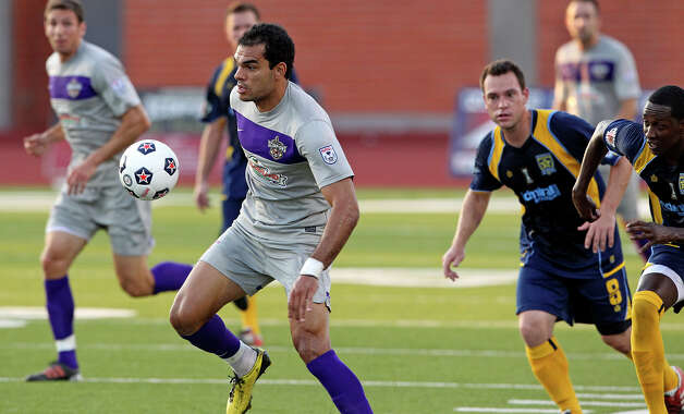 Pablo Campos starts a run for the Scorpions as the San Antonio Scorpions play the Minnesota Stars at Heroes Stadium on  June 2, 2012. Photo: Tom Reel, Express-News / ©2012 San Antono Express-News