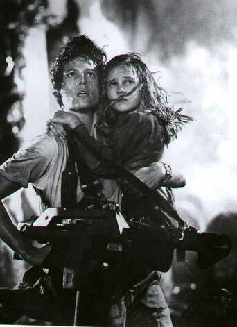 Ripley (Sigourney Weaver, (L ) and Carrie Henn (R) against an army of deadly extraterrestrials-1- McBride. Photo: (c)Twenty Century Fox