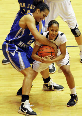 Jay's Erica Donovan and  Wagner's Aundrea Davis struggle for control of the ball during first half action Monday, Feb. 21, 2011 at the UTSA Convocation Center. Photo: EDWARD A. ORNELAS, San Antonio Express-News / eaornelas@express-news.net