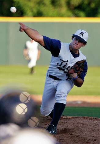 Kerrville Tivy's Logan Vick pitches against Alamo Heights at Olmos Basin Complex on April 21, 2009. Photo: KIN MAN HUI, San Antonio Express-News / kmhui@express-news.net