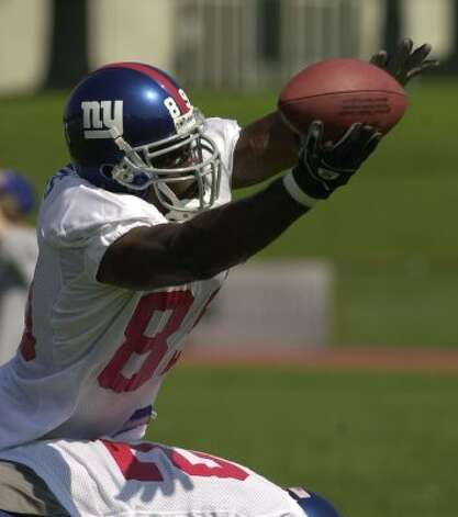 New York Giants tight end Darnell Dinkins catches a pass during Giants training camp at the University at Albany, N.Y. Tuesday, July 29, 2003.  (AP Photo/Tim Roske) (AP)