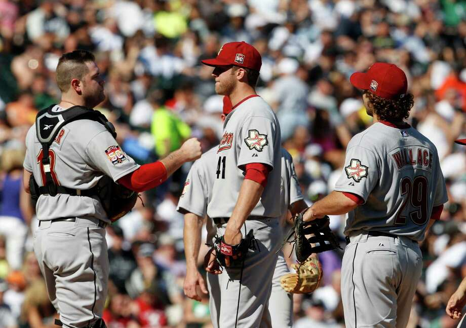 Chris Snyder, left, consoles Jordan Lyles just before the pitcher was pulled from the game during a five-run fifth inning by the White Sox on Saturday. Photo: Nuccio DiNuzzo / Chicago Tribune