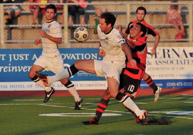 Scorpions Kevin Harmse battles Atlanta Silverbacks Danilp Turcios (10) as Scorpions Blake Wagner and Silverbacks Ciaran O'Brien look on. Photo: Robin Jerstad, Express-News / Jerstad Photographics LLC