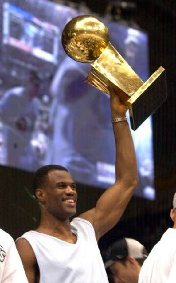 David Robinson holds the NBA trophy up  at the Alamodome Thursday, June 18, 2003.     (Bob Owen / SAN ANTONIO EXPRESS-NEWS)