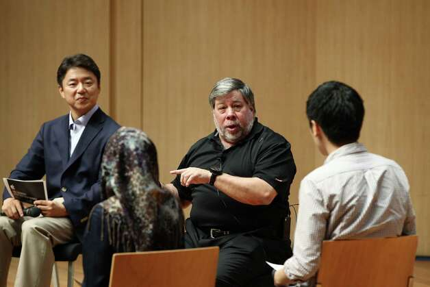 Steve Wozniak, co-founder of Apple Inc., second right, speaks with students at Hanyang University in Seoul, South Korea, on Thursday, May 31, 2012. Wozniak is chief scientist at Fusion-io Inc., a maker of flash-memory technology. Photographer: SeongJoon Cho/Bloomberg *** Local Caption *** Steve Wozniak Photo: SeongJoon Cho, Bloomberg / © 2012 Bloomberg Finance LP