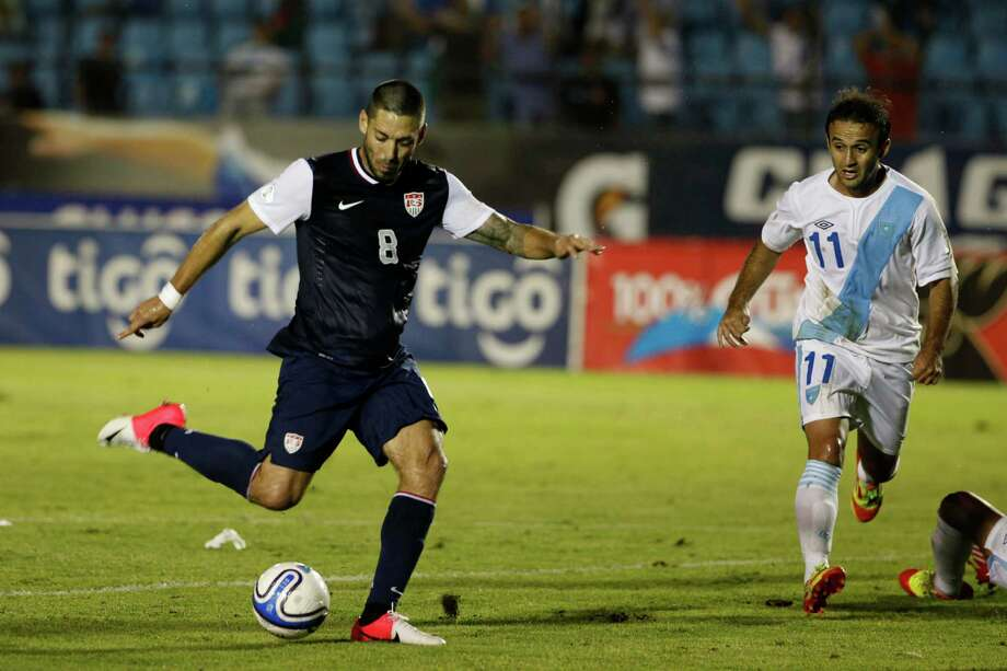 El texano Clint Dempsey, izquierda, anota el gol del empate de Estados Unidos frente a Guatemala el martes 12 de junio de 2012. Photo: Moises Castillo / AP