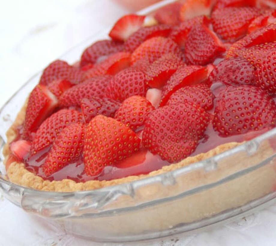 Strawberry Glace Pie/luxuryrecipes.blogspot.com
