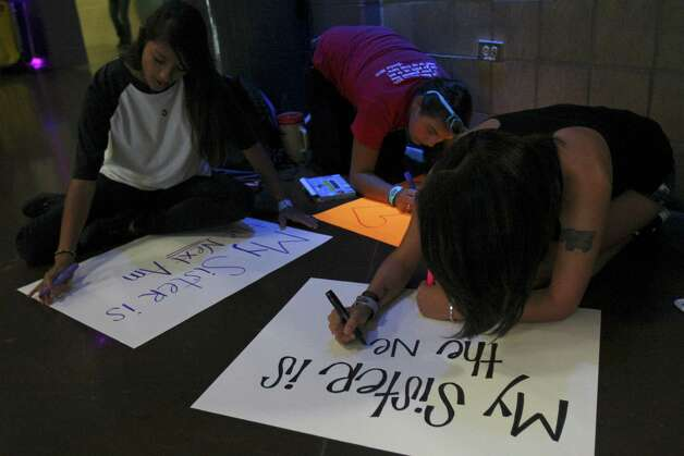 (From left clockwise) Kimberly Gil, Sara Flores and Amanda Gil makes signs before auditioning for American idol Thursday June 14, 2012 at the Alamodome. Photo: Julysa Sosa, San Antonio Express-News / SAN ANTONIO EXPRESS-NEWS