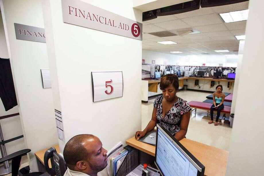 Mercadi Crawford, estudiante graduada de TSU, consulta a un consejero de ayuda financiera de la universidad. Photo: Michael Paulsen / © 2012 Houston Chronicle