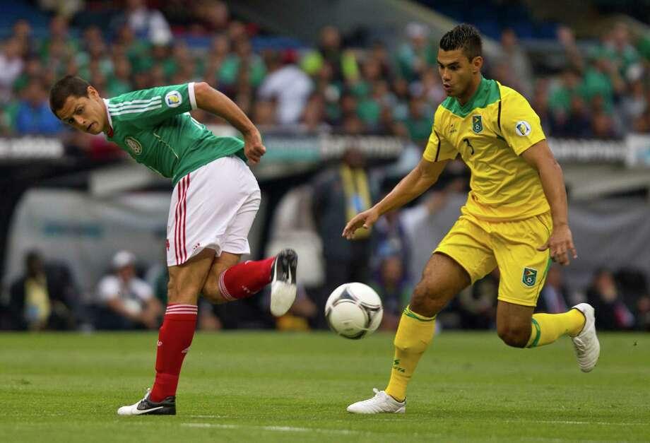 Con México, ?Chicharito? Hernández anotó en las victorias de los amistosos frente a Bosnia y Brasil, antes de los triunfos en la eliminatoria de CONCACAF contra Guyana (foto), por 3-1 el viernes, y El Salvador, por 2-1 el martes. Photo: Christan Palma / AP