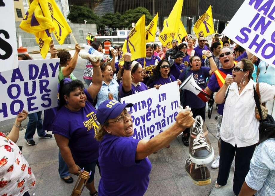Manifestación colectiva: los trabajadores de limpieza han mantenido varias muestras de protesta en la calle en los últimos días, como ésta efectuada en el downtown, para llamar la atención sobre su problema salarial y de condiciones laborales. Photo: Brett Coomer / Houston Chronicle