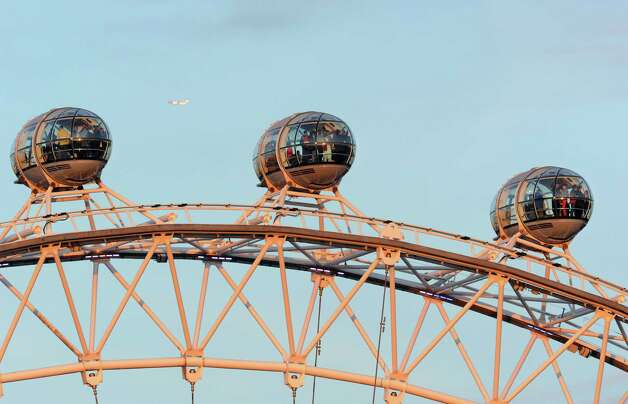 The London Eye features enclosed capsules on the rim, which rotate electronically and independently of the wheel. Photo: WPA Pool, Getty Images / 2012 Getty Images