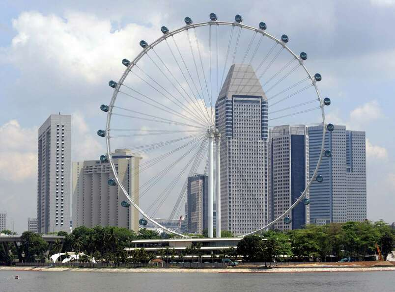 It takes about 30 minutes for the Singapore Flyer to make a complete rotation. Like the London Eye,