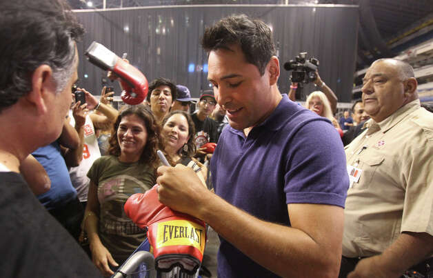 "Retired boxer Oscar De La Hoya (center) signs autographs at the Alamodome Friday June 15, 2012. De La Hoya and ""Jesse"" James Leija were there with other promoters to announce the rematch between top-rated middleweight Bryan Vera and former world champion Sergio Mora for the NABO middleweight title on August 11, 2012 at the Alamodome's Illusions Theater. Photo: Express-News"