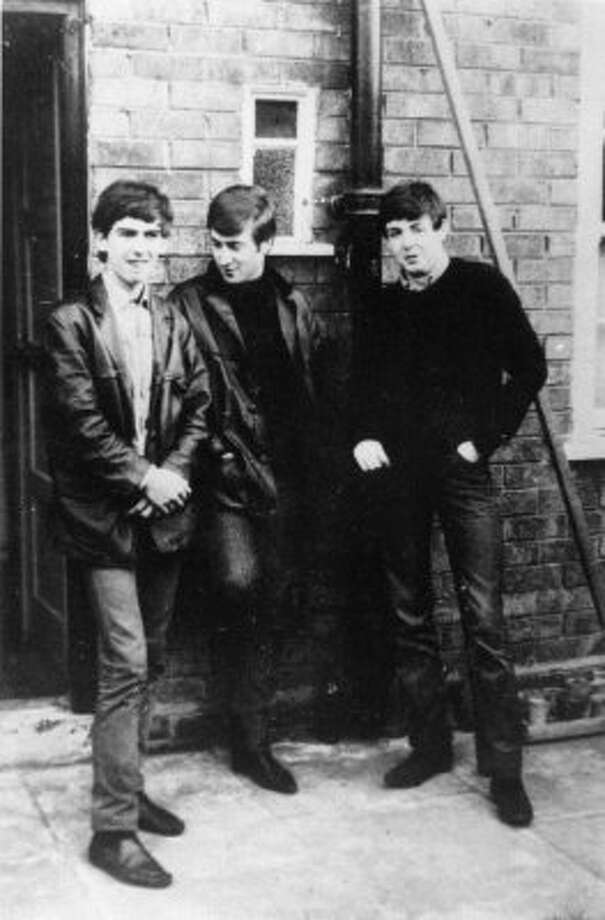 Circa 1960: Liverpudlian skiffle beat band The Beatles standing outside Paul's Liverpool home. (Keystone / ONLINE_YES)