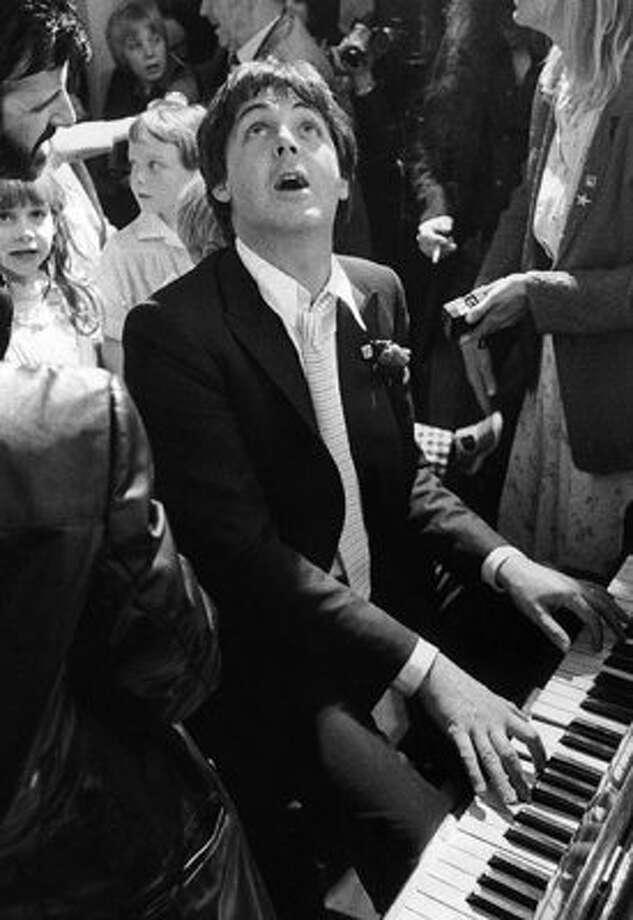 1981: Having fun at Ringo Starr and Barbara Bach's wedding.
