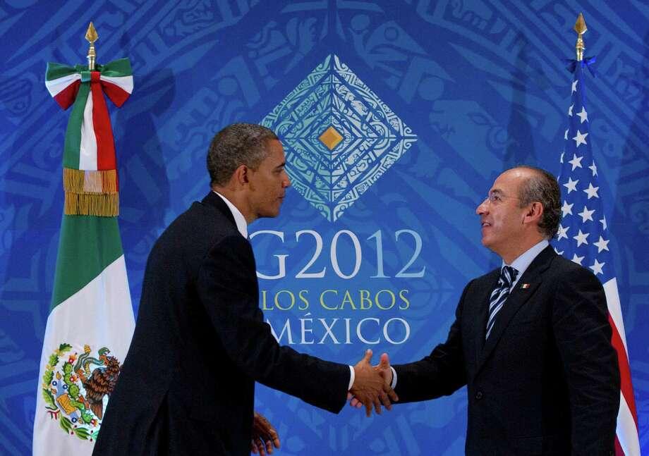 El presidente estadounidense Barack Obama saluda al presidente mexicano Felipe Calderón durante una reunión del G20, el lunes 18 de junio de 2012, en Los Cabos, México. Photo: Carolyn Kaster / AP