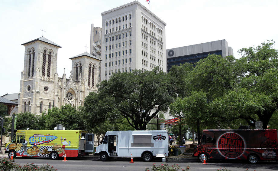 Food trucks downtown. Photo: JOHN DAVENPORT, San Antonio Express-News / SAN ANTONIO EXPRESS-NEWS