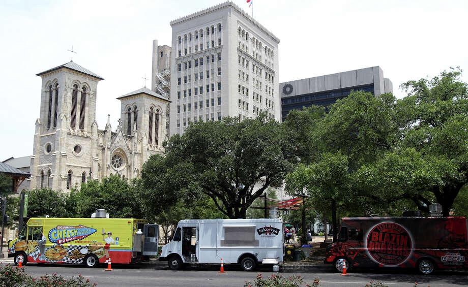Food trucks downtown. Photo: JOHN DAVENPORT, San Antonio Express-News / SAN ANTONIO EXPRESS-NEWS