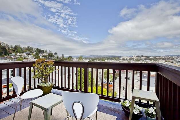 The exclusive rooftop deck has amazing views of the Golden Gate Bridge, the cityscape and the Marin Headlands. Photo: OpenHomesPhotography.com