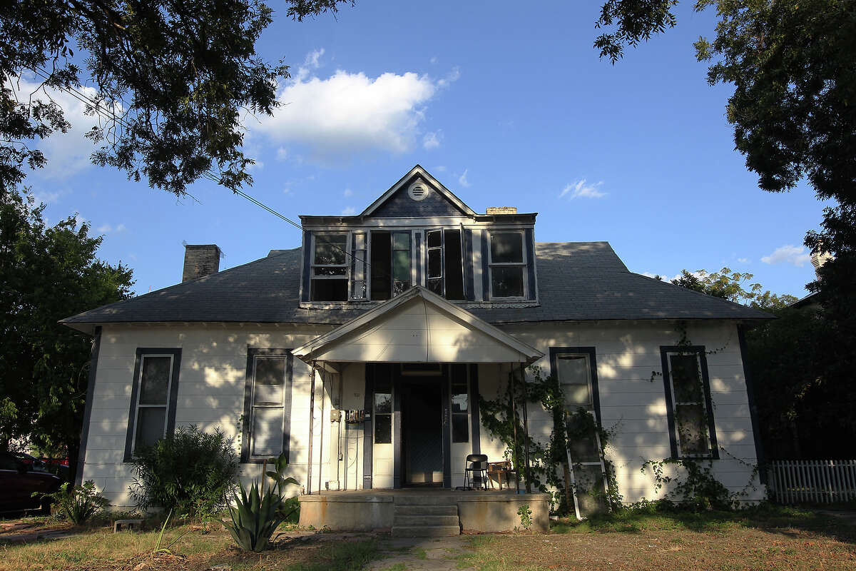 This now-dilapidated house, originally built by noted courthouse architect Alfred Giles at 114 Cedar St., in the King William Historic District, will not be demolished or moved to make way for Bonham Academy's projected expansion after a 7-1 committee vote.