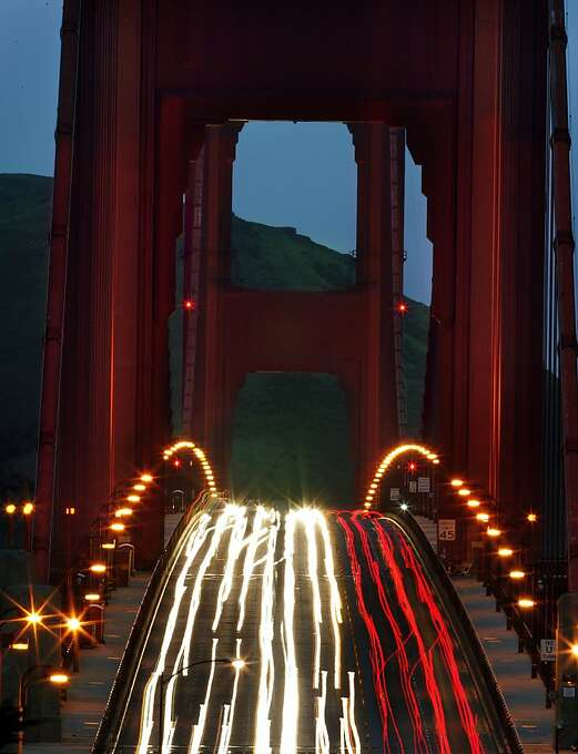The morning commute over the Golden Gate bridge was lit with north and south bound traffic. 4/7/05 Photo: Frederic Larson, The Chronicle