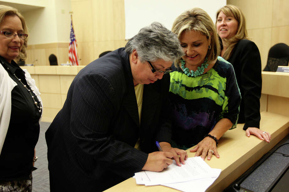 Rebecca Robinson signs her contract after accepting the position of superintendent of South San Antonio Independent School District in June 2012.  The political culture of that school board must change. Photo: Jerry Lara, San Antonio Express-News / ¨ 2012 San Antonio Express-News