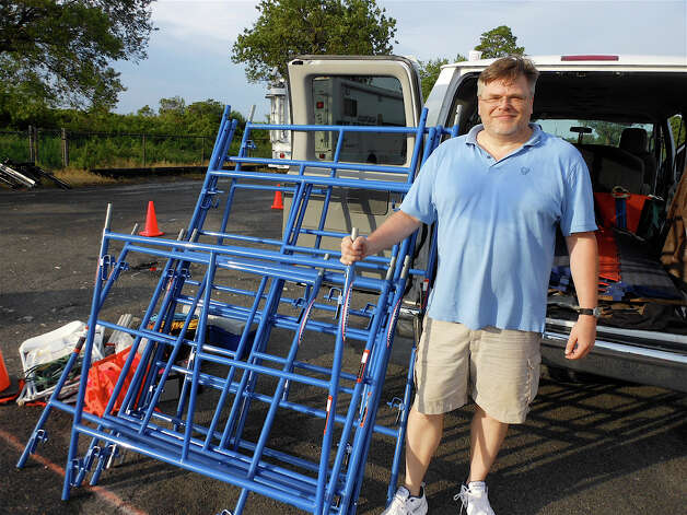 John Cieplinski, assistant director for the Fairfield 5K, setting up barricades Saturday morning before the race near Jennings Beach. Photo: Mike Lauterborn / Fairfield Citizen contributed