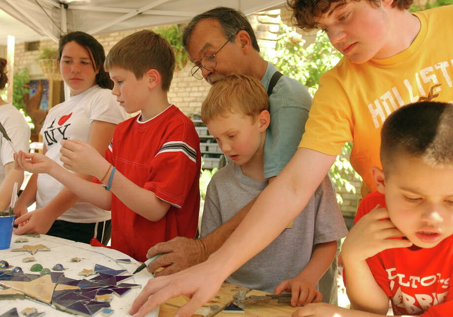 "Artist Jesse Trevino (center) works with Ellie Fellbaum, 15, (from left) Teddy Raymond, 11, Ben Ownbey, 8, Travis Halff, 15, and Dalton Brooks, 8, on the mural ""Reaching for the Stars"" Sunday April 9, 2006 at his studio. All of the children have diabetes. PHOTO BY EDWARD A. ORNELAS/STAFF Photo: EDWARD A. ORNELAS, Express-News / SAN ANTONIO EXPRESS-NEWS"