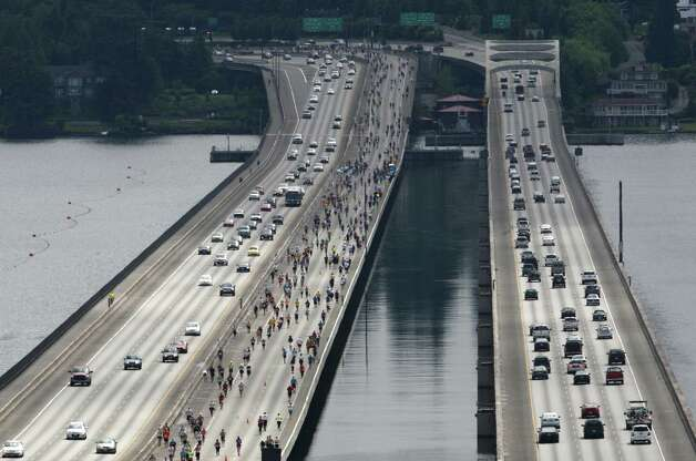 Runners cross the Lacey V. Murrow I-90 Floating Bridge. Photo: JOSHUA TRUJILLO / SEATTLEPI.COM