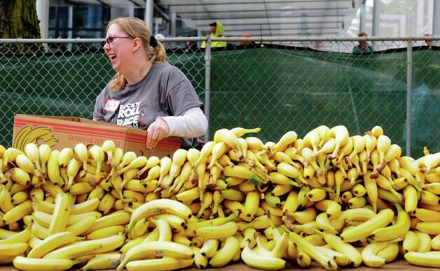 Shilo Conn helps unpack thousands of bananas to give to runners. Photo: LINDSEY WASSON / SEATTLEPI.COM