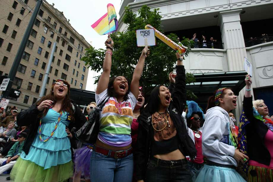 Spectators cheer. Photo: JOSHUA TRUJILLO / SEATTLEPI.COM