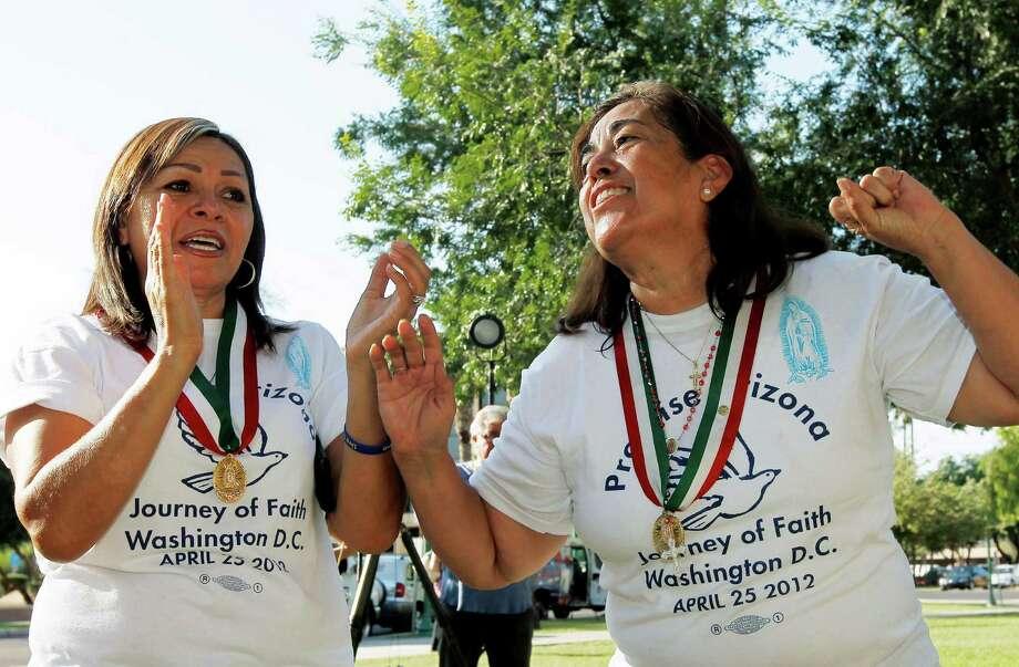 Rosa María Soto, der., y María Durand, ambas de Arizona, reaccionan al escuchar el lunes 25 de junio de 2012 la decisión de la Corte Suprema de Justicia de EE.UU. con respecto la controvertida ley de inmigración SB1070 en ese estado. Photo: Ross D. Franklin / AP
