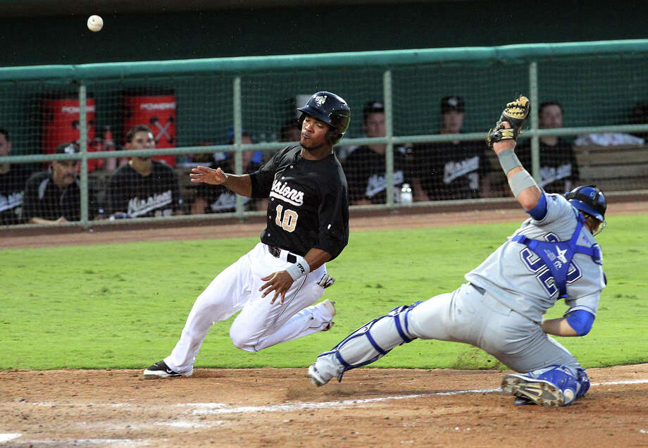 San Antonio's Jeudy Valdez eludes Tulsa catcher Lars Davis to score the Missions' second run on a Dean Anna sacrifice fly in the seventh inning at Wolff Stadium. Photo: Kin Man Hui, San Antonio Express-News / ©2012 SAN ANTONIO EXPRESS-NEWS