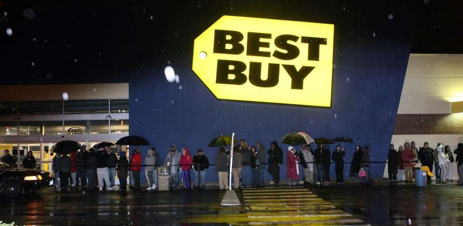 Black Friday shoppers wait in line at 4am for Best Buy to open at 5am in Trumbull on Friday, Nov.28, 2009. The first in line arrived at  9 am Thursday. Photo: B.K. Angeletti / Connecticut Post