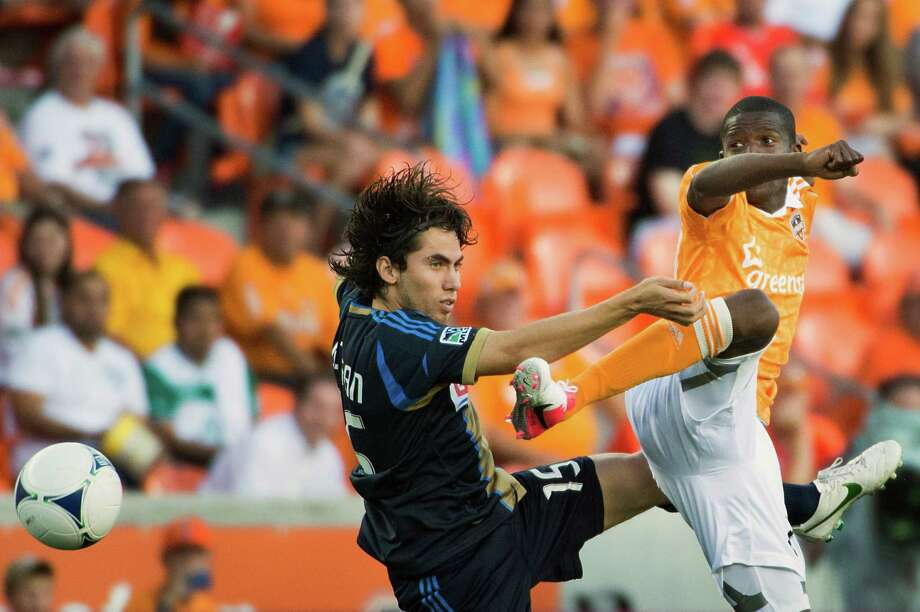 Boniek Garcia of the Houston Dynamo challenges Gabriel Farfan of the Philadelphia Union for a ball during the first half, Photo: Smiley N. Pool, Houston Chronicle / © 2012  Houston Chronicle