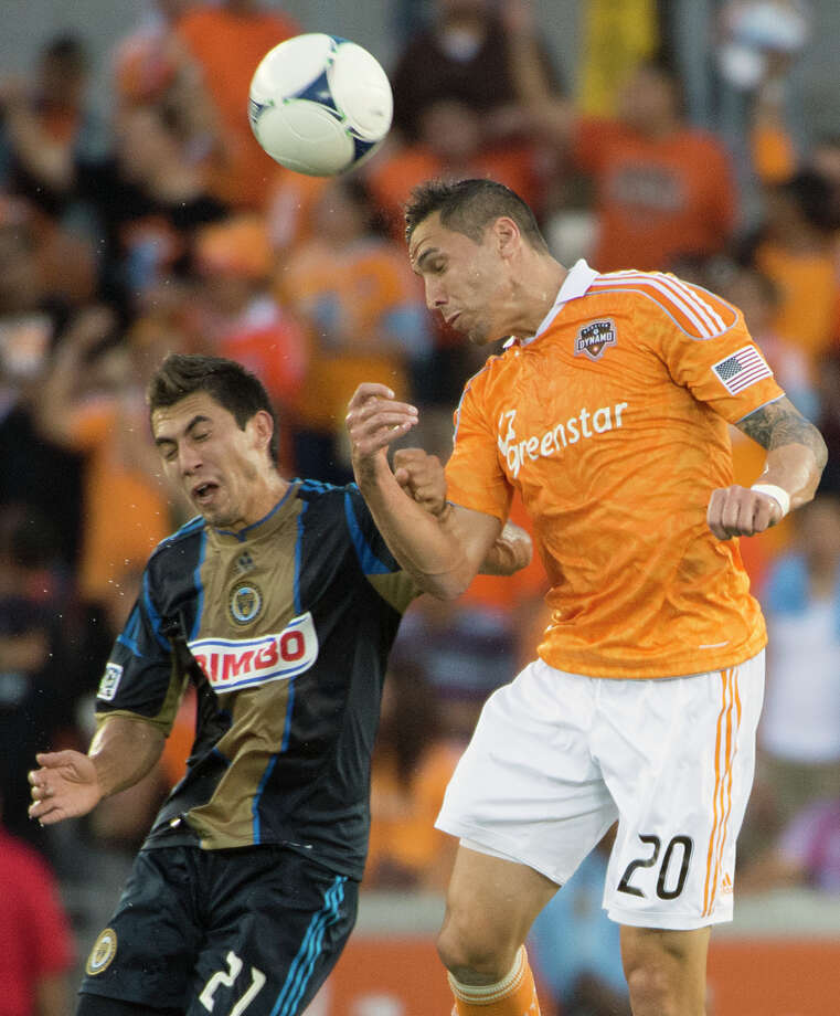Geoff Cameron wins a header over Michael Farfan. Photo: Smiley N. Pool, Houston Chronicle / © 2012  Houston Chronicle