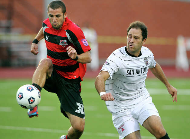 Kevin Harmse (right) defends against Atlanta's Troy McManus as the San Antonio Scorpions host the Atlanta Silverbacks at Heroes Stadium on June 30, 2012. Photo: Tom Reel, San Antonio Express-News / ©2012 San Antono Express-News