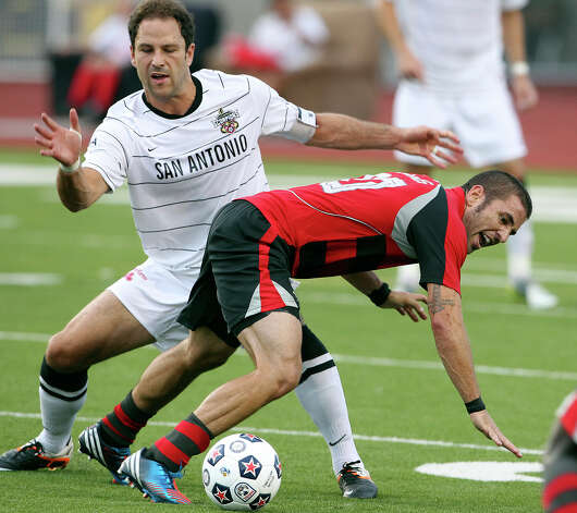 Kevin Harmse keeps the pressure on Troy McManus as the San Antonio Scorpions host the Atlanta Silverbacks at Heroes Stadium on June 30, 2012. Photo: Tom Reel, San Antonio Express-News / ©2012 San Antono Express-News