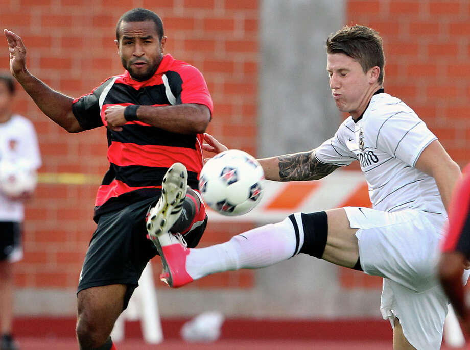 The Scorpions' Wes Knight (right) battles the Atlanta Silverbacks' Raphael Cox for control at Heroes Stadium. Photo: Tom Reel, San Antonio Express-News / ©2012 San Antono Express-News