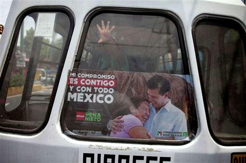 La ventana trasera de un minib�s con propaganda electoral a favor del candidato presidencial del P