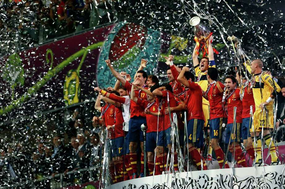 Spanish players celebrate with the trophy after defeating Italy 4-0 in the Euro 2012 soccer championship final in Kiev, Ukraine, Sunday, July 1, 2012. Photo: Gregorio Borgia