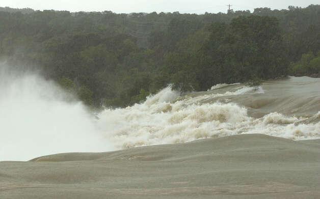 Water rushed 7-feet over the spillway beside Medina Dam, Wednesday, Jully 3, 2002. Photo: Bob Owen, SA / en