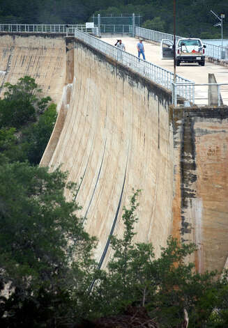 Medina Dam personnel surveying the structure on Thursday, July 11, 2002. Photo: KIN MAN HUI, SA / SAN ANTONIO EXPRESS-NEWS