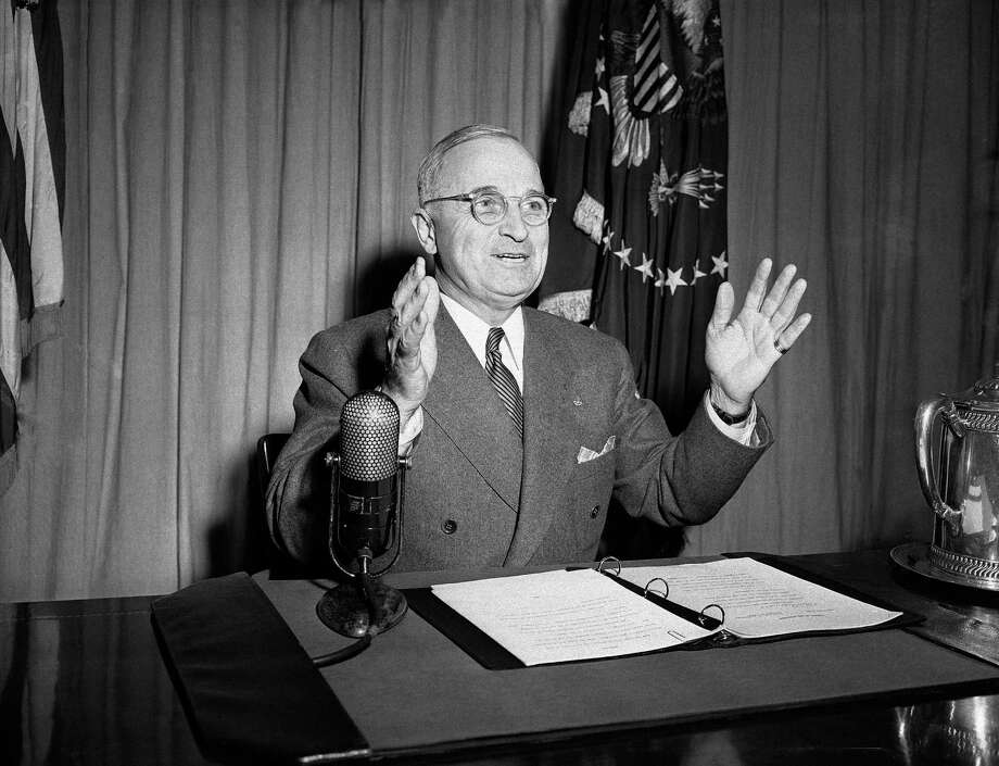 In 1949, Harry S. Truman used two Bibles, the first open to Matthew 5 (Beatitudes) and the second open to Exodus 20 (the Ten Commandments). In 1945, the Bible was closed.  Photo: FM / AP1946