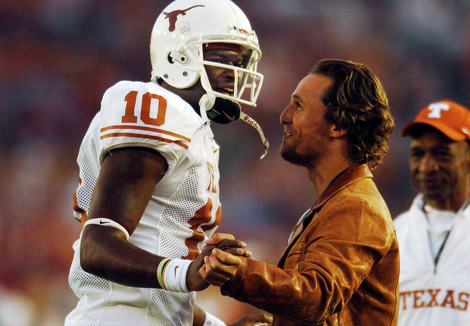 Actor Matthew McConaughey encourages quarterback Vince Young before the 2006 Rose Bowl. Photo: Billy Calzada, San Antonio Express-News / SAN ANTONIO EXPRESS-NEWS