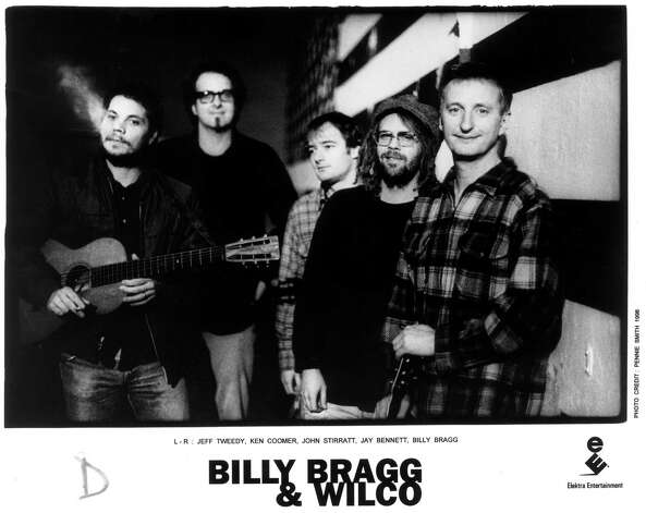 Billy Bragg and Wilco: Jeff Tweedy, Ken Coomer, John Stirratt, Jay Bennett, Billy Bragg 1998     HOUCHRON CAPTION (07/05/1998): Billy Bragg, right, and Wilco find common ground on Mermaid Avenue, a collection of Woody Guthrie tunes. / Pennie Smith